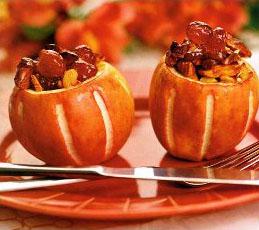 Яблочный десерт с миндалем и вишнями