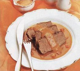 Говядина под морковно-луковым соусом