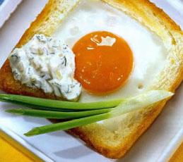 Французские тосты с яйцом и пикантным соусом