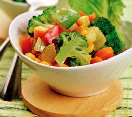 Горячий салат из моркови, кукурузы и перца