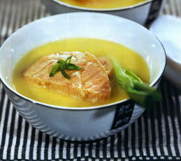 Холодный суп из лосося с луком-пореем