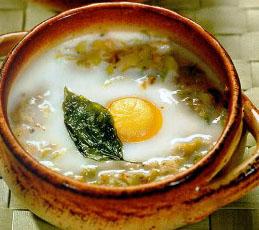 Яйца в горшочках с луком-пореем