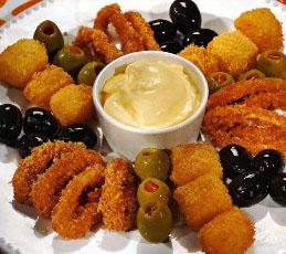 Кольца кальмаров с сыром, маслинами и оливками