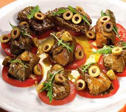Козий сыр в виноградных листьях с томатами и оливками