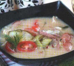 Куриный суп с солеными огурцами и ветчиной