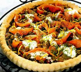 Открытый пирог с копченым лососем