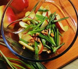 Салат из зеленого лука с яблоками
