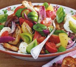 Салат из цветных помидоров с чиабаттой и моцареллой
