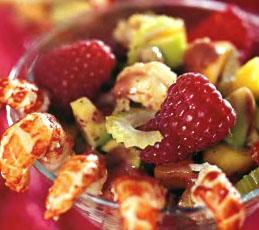 Салат из малины с креветками и авокадо