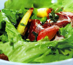 Салат из нектарин, авокадо и ветчины