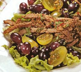 Салат с говядиной и виноградом