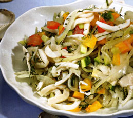 Салат с кальмарами и маринованным луком