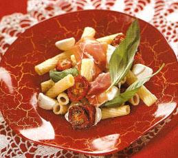 Салат с пенне под соусом песто