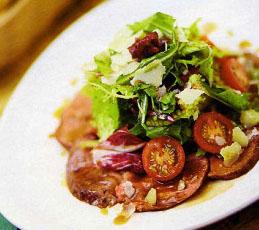 Салат с утиной грудкой и конфитюром из красного лука