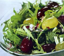 Салат с виноградом и кудрявым эндивием
