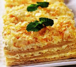 Слоеное пирожное с медовым кремом