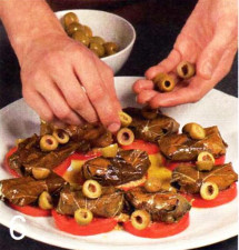 Козий сыр в виноградных листьях с томатами и оливками приготовление