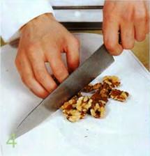 Салат из яблок, клубники и ревеня с грецкими орехами приготовление