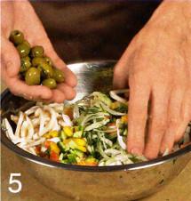 Салат с кальмарами и маринованным луком приготовление