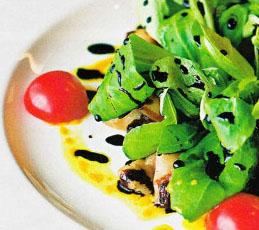 Теплый салат корн с куриной печенью и белыми грибами