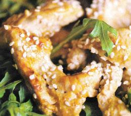 Теплый салат с курицей и кунжутом