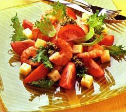 Салат из помидоров и сыра с соусом песто