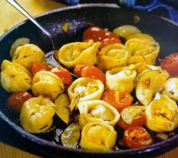 Тортеллини с креветками и оливками