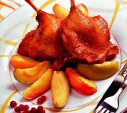 Утка, маринованная в пиве, с гарниром из яблок
