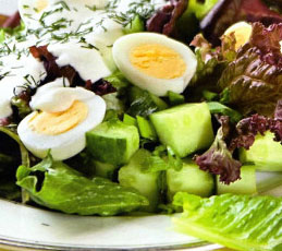 Зеленый салат с луком и огурцом